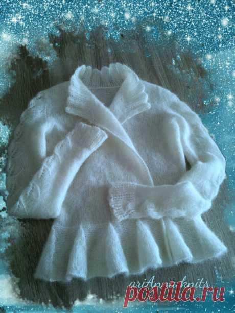 Нарядный свадебный жакет для невесты. Связан из суперкидмохера в две нити. С успехом заменит шубку. Полочки назапах, ажурные рукава, под пояс и застежку - брошь.