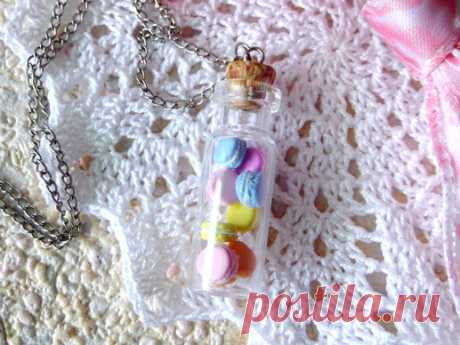 Подарок своими руками из полимерной глины: Кулон «Бутылочка с макарунс»