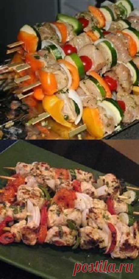 The Mexican chicken shish kebab with vegetables in marinade from lime juice