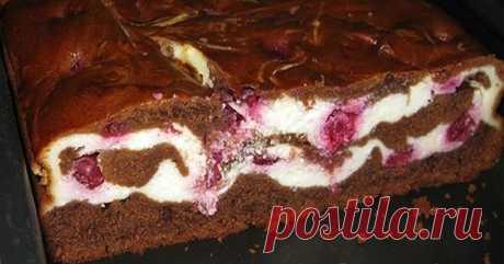 Традиционный американской десерт – брауни с творогом и вишней.