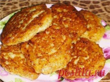 """Быстрые """"беляши"""" (или """"ленивые пирожки"""") - быстро и вкусно!  Для теста:  • 2 стакана кефира  • 0,5 ч. ложки соды  • 0,5 ч. ложки соли  • 0,5 ч. ложки сахара  • мука до получения густоты теста, как для оладий   Для начинки:  • фарш мясной  • лук  • чеснок  • соль, перец  • по-желанию можно добавить зелёный лук и зелень"""