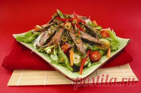 Тайский салат с говядиной. Побалуйте своих близких экзотическим блюдом - На Кухне Тайский салат с говядиной родом из юго-восточной Азии. Этот яркий, вкусный и полезный салат обязательно предрасположит к себе каждого, кто хоть раз его пробовал