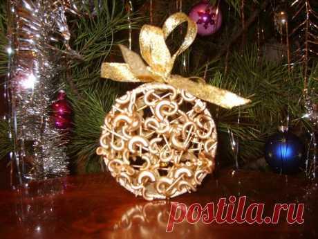Лучшее украшение новогодней елки за 7 минут при минимальном бюджете Поделки из макарон Очень скоро в каждом доме зажгутся веселые огоньки на новогодних елках, пестреющих всевозможными игрушками.    Качественные елочные игрушки стоят достаточно дорого, да и с помощью н…