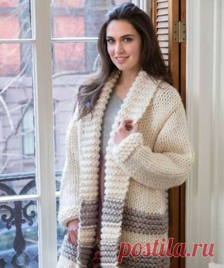 Модное женское пальто от Heather Lodinsky.  Такое модное женское пальто от Heather Lodinsky можно связать спицами всего за пару дней, потому что вяжется оно из (толстой) супер объёмной пряжи, и сложных узоров в нём нет. Лицевая гладь (лц/гл) и платочная вязка (пл/вз) – вот и все виды узоров.  Модный вид изделию придают поперечные полосы, связанные из пряжи отделочного цвета. Эти полосы, да и повышенный объём делают нежелательной данную модель для женщин с полной фигурой.  ...