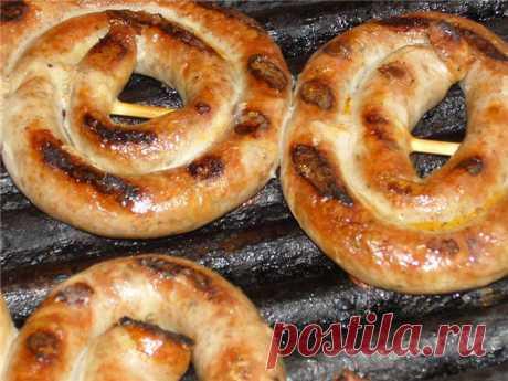Тонкие длинные колбаски закрученные по спирали и нанизанные на шпажки  . Невероятно вкусные и пикантные
