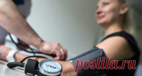 Как понизить давление - Народная медицина - медиаплатформа МирТесен Высокое артериальное давление — опасная проблема. Человек может не испытывать ярких симптомов, при этом есть риск инсульта и других сердечно-сосудистых осложнений. Если диагностирована гипертония, доктор выписывает подходящие препараты. А как можно понизить давление при помощи домашних средств?