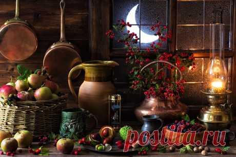 Фото На осеннем натюрморте при свете керосиновой лампы видны кувшин, кружки и корзина с яблоками...