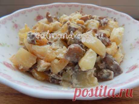 Картошка с грибами и сметаной на сковороде