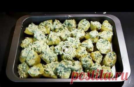 Просто выкладываем картошку на противень, смазываем заливкой и получаем вкуснейший гарнир