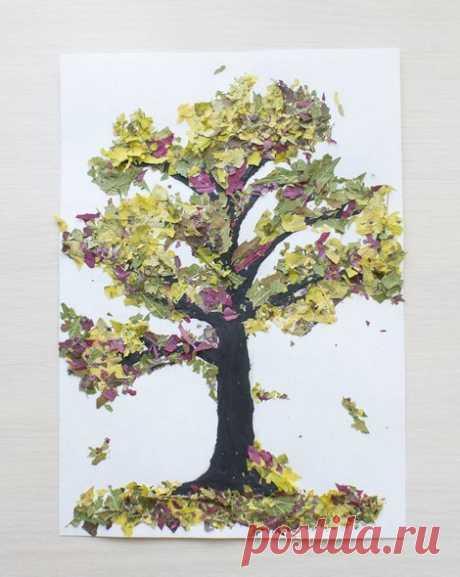 Поделка в садик АППЛИКАЦИЯ ИЗ ОСЕННИХ ЛИСТЬЕВ. Сухие листья разных цветов можно покрошить руками (увлекательное занятие для малышей!), после чего приклеить их на рисунок. Делается это следующим образом: в нужном месте нанесите на картинку слой клея, посыпьте сверху толчеными сухими листьями, дайте клею подсохнуть, после чего стряхните остатки листьев. Красота! Примечание: если листья плохо крошатся, подержите их немного в микроволновке на небольшой мощности.