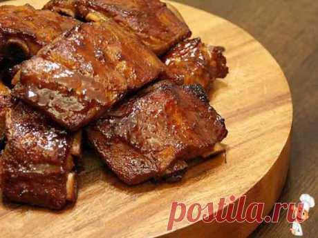 Свиные ребрышки в духовке с медом | Вкусно готовим дома Свиные ребрышки в духовке с медом прекрасно подойдут даже к праздничному столу! Порадуйте близких и гостей, приготовив свиные ребрышки с медом по этому рецепту.