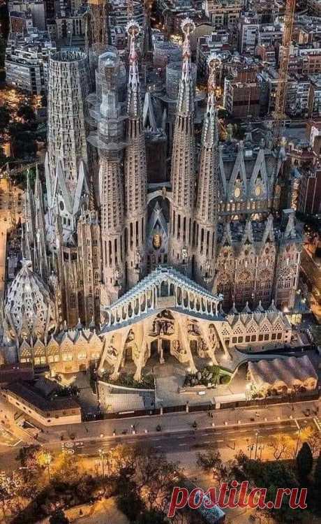 Потрясающая архитектура Гауди . Барселона. Испания ..