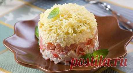 Салат с крабовыми палочками и помидорами .