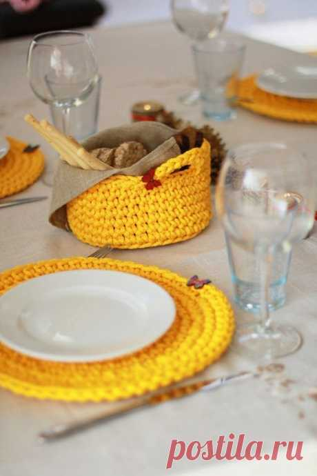 SET - 4 crochet table coasters and 1 crochet basket, set decorated with wooden butterfly. Handmade and ready to ship worldwide. Polyester rope. Diameter coasters : 31 cm/ 12,20 inches The basket is…