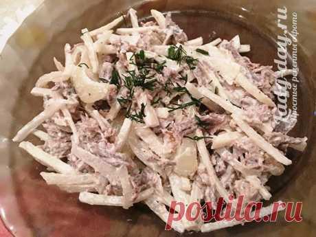 Салат «Ташкент» — рецепт классический Этот салат я попробовала в одном из кафе с восточной кухней. На вкус он мне очень понравился, поэтому попросила у повара рецепт. Оказалось, что в салате всего несколько простых составляющих, а готовится он довольно легко и быстро. Главный ингредиент в салате «Ташкент» - редька, и от неё зависит на сколько вкусным и сочным получится это блюдо, а так же говядина. Думаю, что лучше подойдёт зелёная редька, тогда салат точно не будет сухим,...