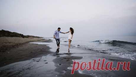 Обои пара, любовь, прогулка, море, счастье картинки на рабочий стол, фото скачать бесплатно