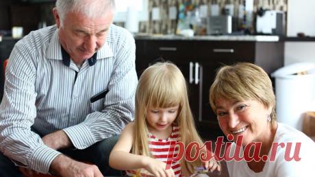 Трое детей, шесть внуков, муж, с которым прожили почти 50 лет, и родители, недавно отметившие 70-летие со дня свадьбы. У Нины Зверевой — известного бизнес-коуча, автора книг «Встань и скажи» и «Со мной хотят общаться» — большая и дружная семья. И в этот раз мы выпустили книгу Нины, в которой она делится не профессиональными лайфхаками, а личными — «Семья что надо» (mif.to/4tonado). Подготовили для вас 9 карточек с цитатами из нее. Завтра в нашем Инстаграме в 17:00 пройдет прямой эфир с Ниной…