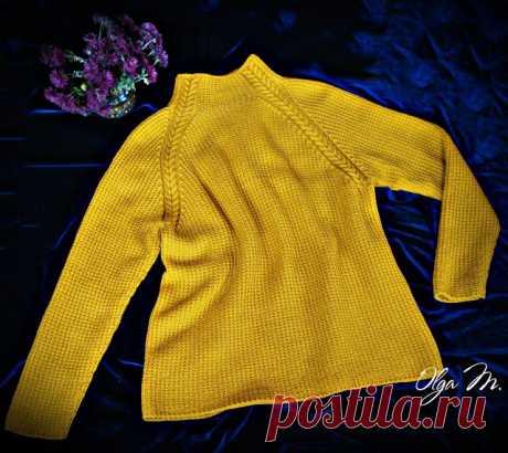Уютный свитер янтарного цвета.