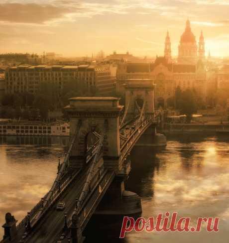 Раннее утро над Цепным мостом, Будапешт. Снимал Алексей Гуполов: nat-geo.ru/community/user/45973 Доброе утро!