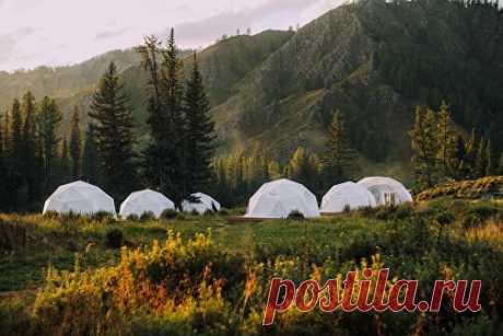 Отправься в глэмпинг Mamont Camp в горном Алтае Вас ждет комфортабельное размещение в теплых сферических шатрах, высокая кухня из экологически-чистых продуктов, незабываемые маршруты на квадроциклах, настоящая рыбалка на водометных катерах, катание на лошадях и посещение маральников.