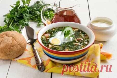 La okroshka sobre el kvas la receta de la foto clásico con el embutido