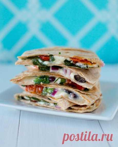 Kesadilya en griego – con los ingredientes de la ensalada clásica griega