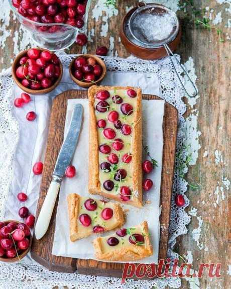 С осенней кислинкой! Три рецепта выпечки с клюквой - БУДЕТ ВКУСНО! - медиаплатформа МирТесен Сезон осенней ягоды — клювы — сейчас в самом разгаре, поэтому самое время добавить ее в выпечку! Мы приготовили для вас три простых рецепта, которые сделают ваши выходные не только вкусными, но и красивыми. ПИРОГ С БЕЛЫМ ШОКОЛАДОМ И КЛЮКВОЙ Ингредиенты (на форму 22-25 см): Для теста:200 г пшеничной