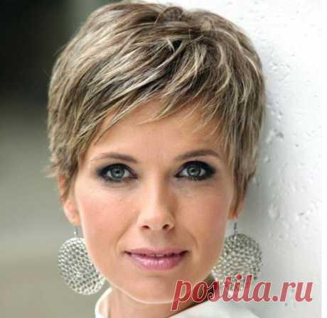 Женские стрижки на короткие волосы для женщин 40 лет с названиями. Женщинам присуще стремление всегда выглядеть модно, стильно, элегантно, независимо от возраста. Достичь этого можно не только с помощью одежды, аксессуаров, но и с помощью красивой стрижки.    Идеальная прическа в состоянии придать лицу более моложавый вид, а подбор стрижки следует вверить в руки экспертов-парикмахеров. Короткие волосы делают ваш внешний вид современным и смелым в любом возрасте.