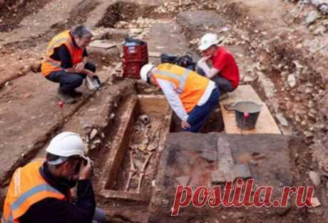 Во Франции найден саркофаг эпохи франковских меровингов Строители наткнулись на саркофаг пожилой женщины периода династии Меровингов. Ожидается, что находка поможет исследователям лучше понять эту критическую