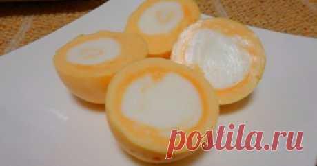 А вы знали, что яйцо можно сварить желтком наружу? Я и не знала о таком! Вам надоело варить яйца обычным способом? Вы любите экспериментировать? Тогда этот удивительным метод для вас! Из этого видео вы узнаете, как по методу японского шеф-повара поменять местами желток и белок яйца и удивить своих гостей необычным блюдом. Для этого Вам понадобится: яйцо пара капроновых колготок прозрачный скотч кубики льда фонарик Инструкция по приготовлению: Для начала посветите фонариком...