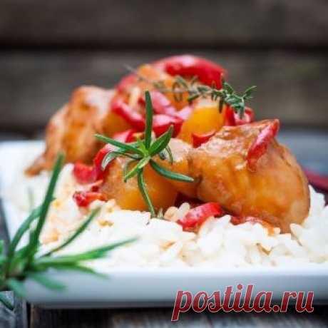 Курица в кисло-сладком соусе по-китайски  Ингредиенты:  Филе куриное — 500 г Соевый соус — 10 ст. л. Уксус яблочный — 6 ст. л. Сахар коричневый — 5 ч. л. Томатная паста — 2 ст. л. Перец красный болгарский — 1 шт. Консервированный ананас кусочками — 1 стакан  Приготовление:  1. Куриное филе нарезать на небольшие кусочки, сложить в миску, влить соевый соус. 2. Добавить томатную пасту, сахар и яблочный уксус. 3. Всыпать нарезанный на тонкие полоски красный болгарский перец и ...