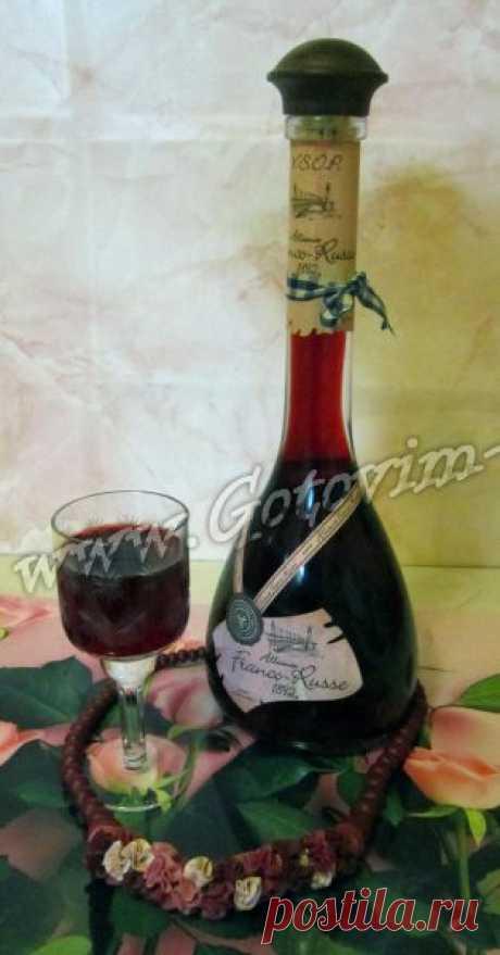 Домашний ликер из черноплодной рябины с листьями вишни - рецепт напитка с фото