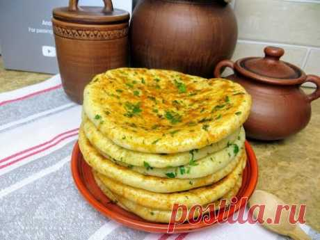 Простая и дешевая еда, которая всем понравится / Лепешки с сыром и зеленью