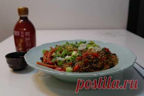 Чап Че (Корейская лапша с говядиной и овощами )  https://www.saveur.com/article/Recipes/Chap-Chae/