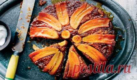 Бразильская «Шарлотка» с бананами в карамели   Вкуснейший перевернутый пирог в карамели. Бразильская «Шарлотка» готовится со слоем карамелизированных бананов на дне, а затем переворачивается, чтобы показать блестящую сладкую банановую начинку. Идеально в качестве угощения.