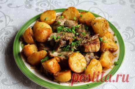 Тушеные свиные рёбра с картошкой.  Отличный рецепт вкуснейших свиных ребер, тушеных в одной сковороде с картошкой и репчатым луком.