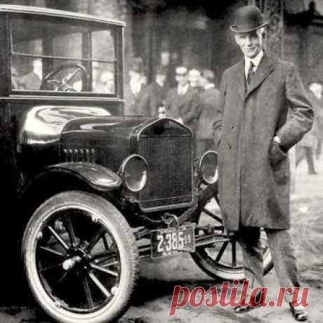 Генри Форд рядом со своим легендарным детищем - доступным автомобилем «Model T». США. 1921 г.