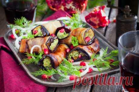 Жареные баклажаны в ореховом соусе по-грузински Жареные баклажаны в ореховом соусе по-грузински - очень вкусное блюдо грузинской кухни. Готовится это блюдо легко и выглядит празднично.