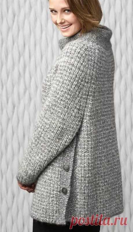 Теплое синее пальто с карманами, вязаное спицами