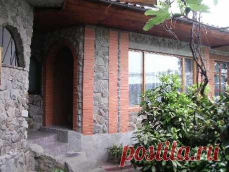 Два домика в одном дворе в Гурзуфе (Россия-Крым)
