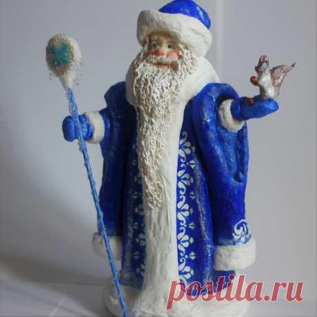 Дед Мороз из ваты относится к подставочным фигурам елочного ассортимента. Подставочными они называются, потому что укреплялись на деревянной подставке и устанавливались обычно под елкой.