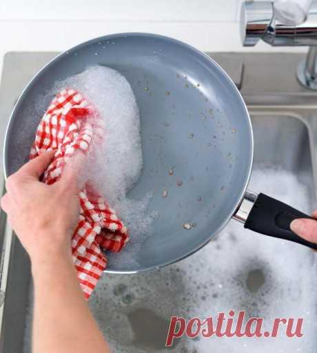 Как почистить сковороду от толстого слоя гари в домашних условиях?