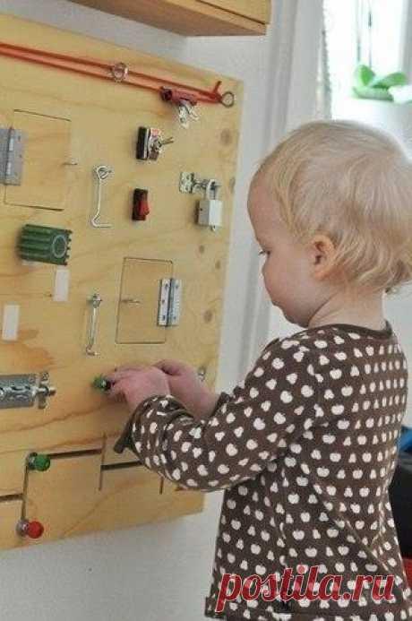 Маленькие дети очень любят открывать и закрывать дверки, шкафчики, дергать за ручки и щелкать выключателями.