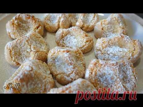 Миндальное печенье без грамма муки  ( Итальянское печенье из миндальной муки ) - YouTube Миндальное печенье без грамма муки  ( Итальянское печенье из миндальной муки )  Очень вкусное и простое в приготовлении печенье, минимум ингредиентов. Снаружи хрустящее и мягкое, нежное внутри. Отлично к чаю и к кофе.  Нам понадобится: Миндальная мука 250 гр.  Сахар мелкий 250 гр.  Яичный белок 2 шт.  Цедра одного лимона.  Миндальная эссенция.  Сахарная пудра.