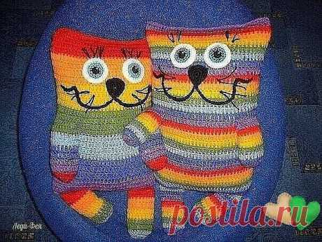 Забавные подушечки-коты крючком