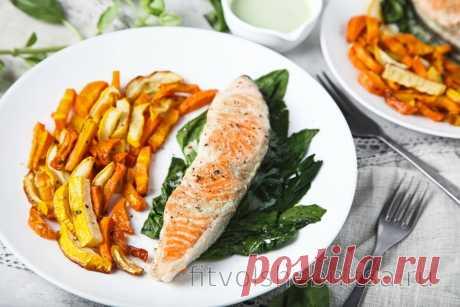 Жареный лосось под йогуртово-чесночным соусом с овощами фри
