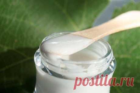 Знаменитый крем против морщин, который за неделю разгладит самую плохую кожу. На заметку: впитывается долго, больше часа, поэтому им нужно пользоваться за 2 часа до сна. Первый результат увидите через 3 дня. Рецепт несложный и действительно волшебный. Понадобится. Половина свежего желтка, 2 ч. ложки миндального масла (можно заменить оливковым), 1 ч. ложка морской пищевой соли, 2 ч. ложки отвара ромашки( 1 ст. ложка сухой травы на 200 мл воды, кипятить 15-20 мин.), 0.5 ч. л...