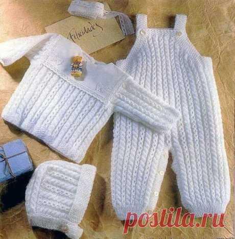 Комплект (из комбинезона, кофточки и шапочки), вяжем спицами для новорожденного