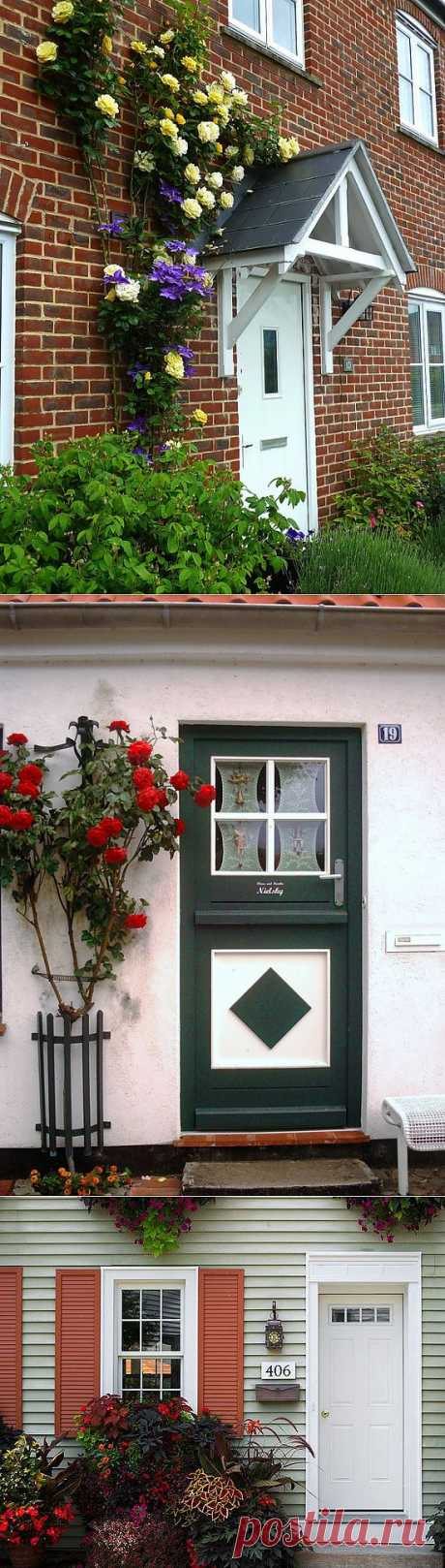 Registration and design of an entrance to the house: doors and flowers.
