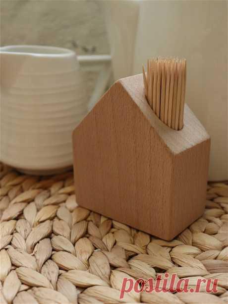Подставка для зубочисток, Сканди Home Подставка под зубочистки в виде домика выполнена из натурального массива дерева. Зубочистки в такой подставке хорошо держатся и удобно достаются. Красивое и современное решение для вашей кухни. Отлично подойдет в скандинавский интерьер. Удобно, практично. Размеры 8,5х7 см.